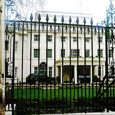 سفارة السعودية بلندن تطمئن الطلبة وكبار السن والمرضى