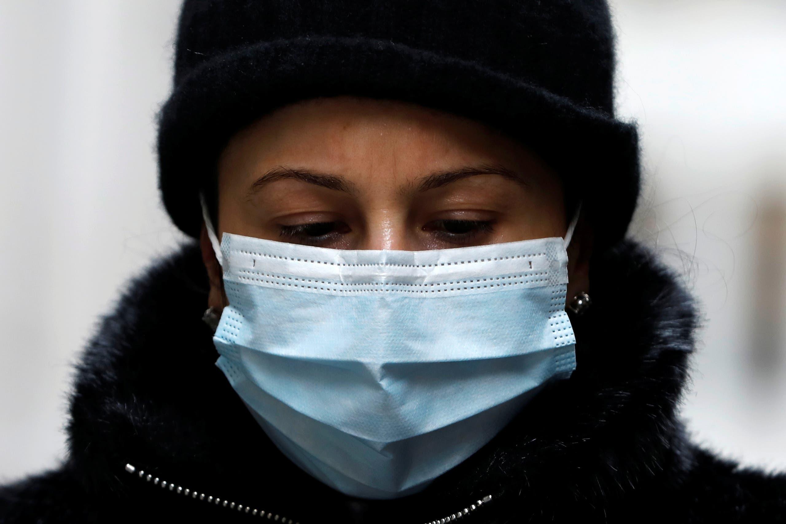 امرأة تضع كمامة للوقاية من فيروس كورونا في نيويورك يوم 11 مارس