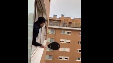 شاهد طرائف للتحايل على الوباء.. تنس عبر النوافذ!