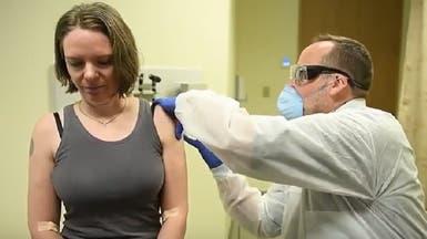 شاهد أول متطوعة مدت ذراعها للقاح كورونا