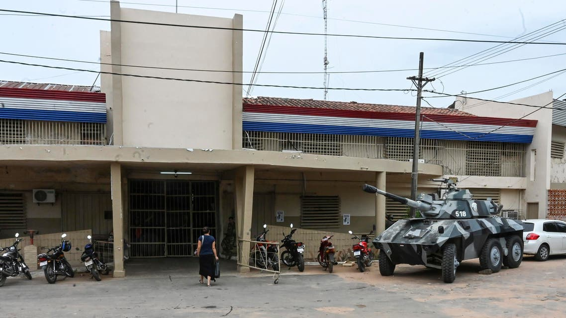 A Paraguayan armoured tank remains outside Tacumbu prison in Asuncion, on January 21, 2020. (AFP)