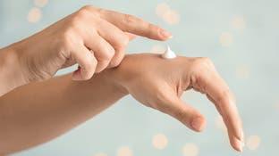 هكذا تحمي يديك من الجفاف الذي يسببه استعمال المعقّم