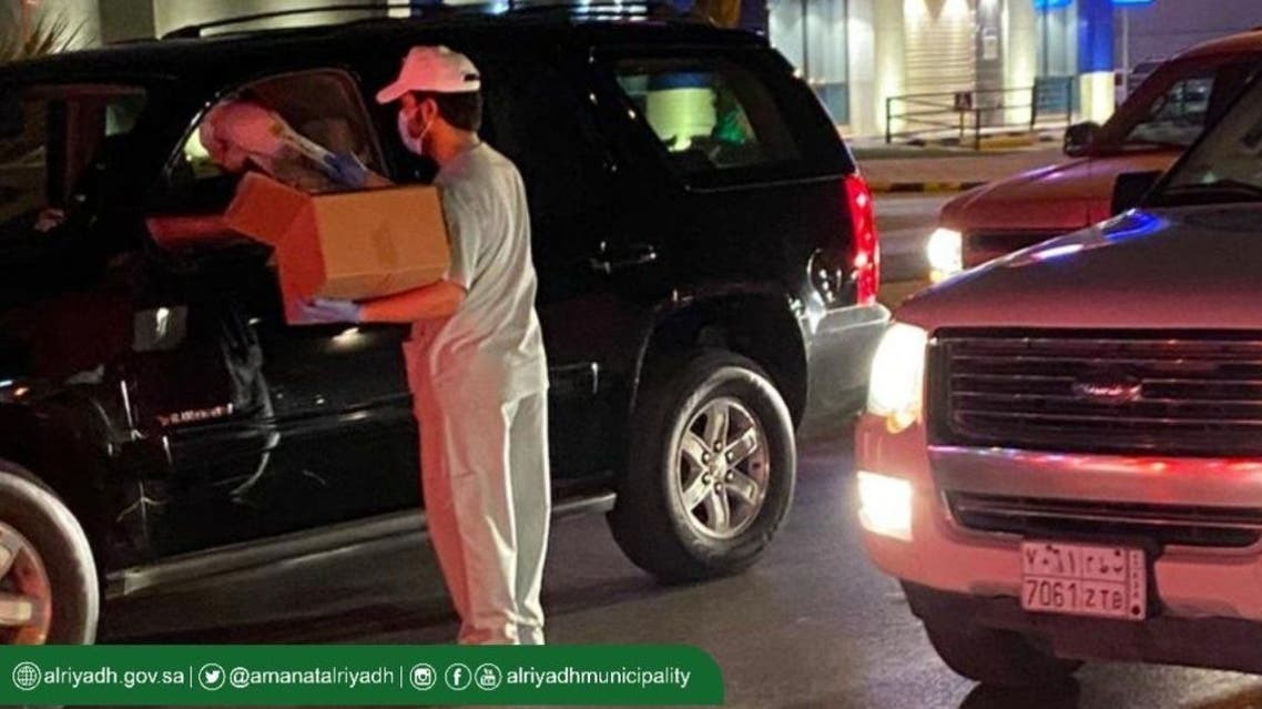 Distributing sanitizer to cars in Riyadh. (Twitter: Riyadh Municipality)