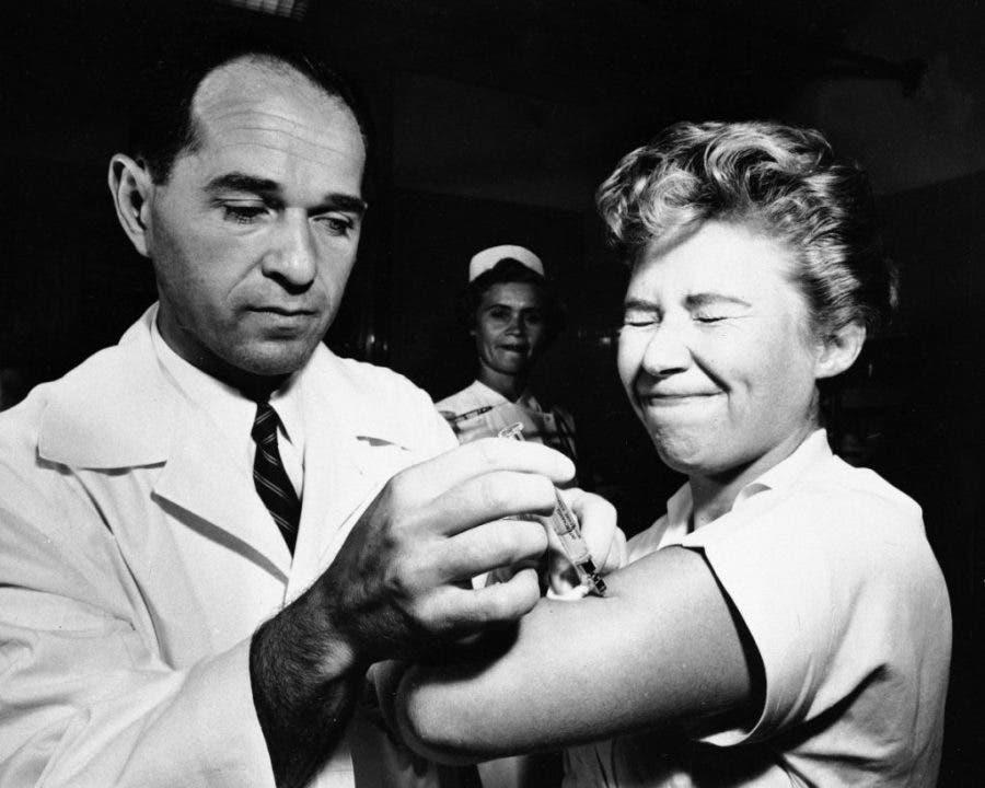 صورة لإحدى عمليات التطعيم ضد الأنفلونزا