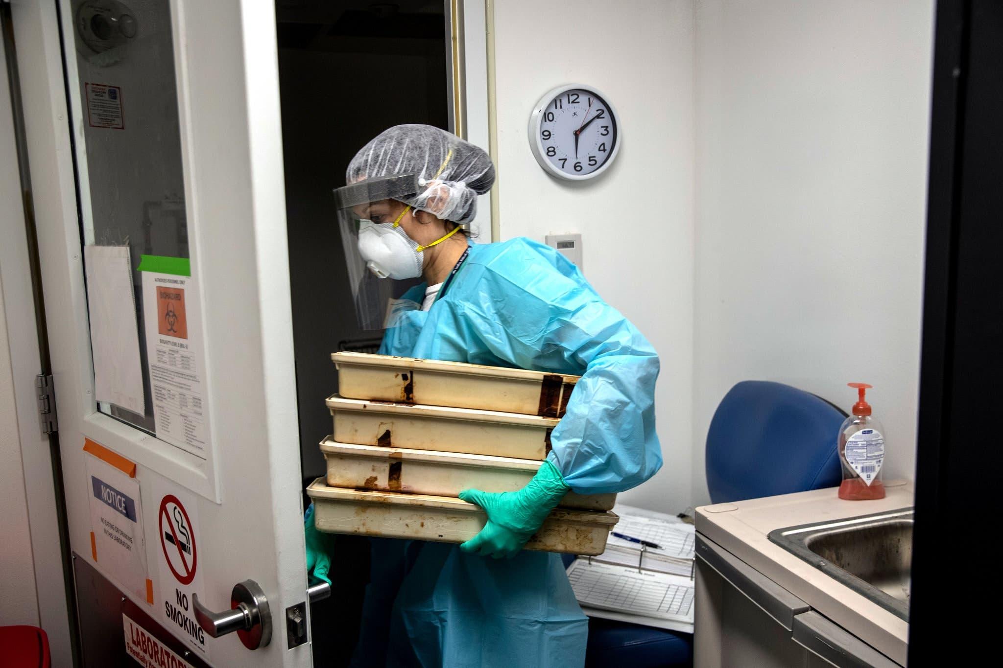 باحثة تعمل ضمن الفريق العلمي الذي يسارع الوقت لإيجاد علاج لكورونا