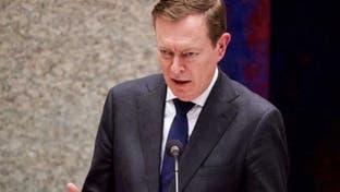 شاهد.. وزير الصحة الهولندي يغمى عليه ويسقط أرضا
