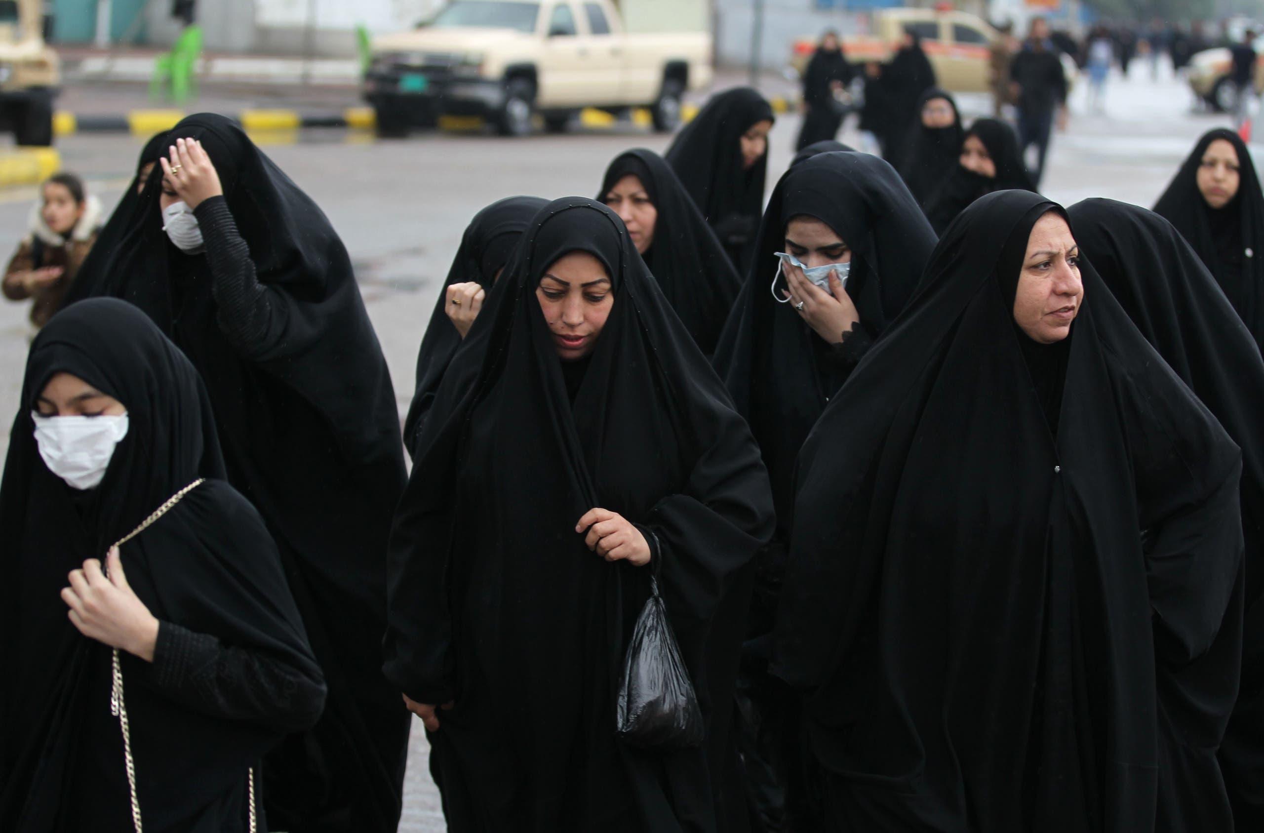 عراقيات يتجهن إلى مرقد الكاظم في بغداد (أرشيفية- فرانس برس)