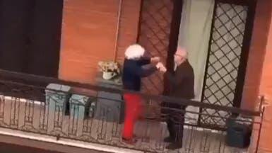 رقص على حافة الموت.. فيديو رومانسي من شرفة إيطالية