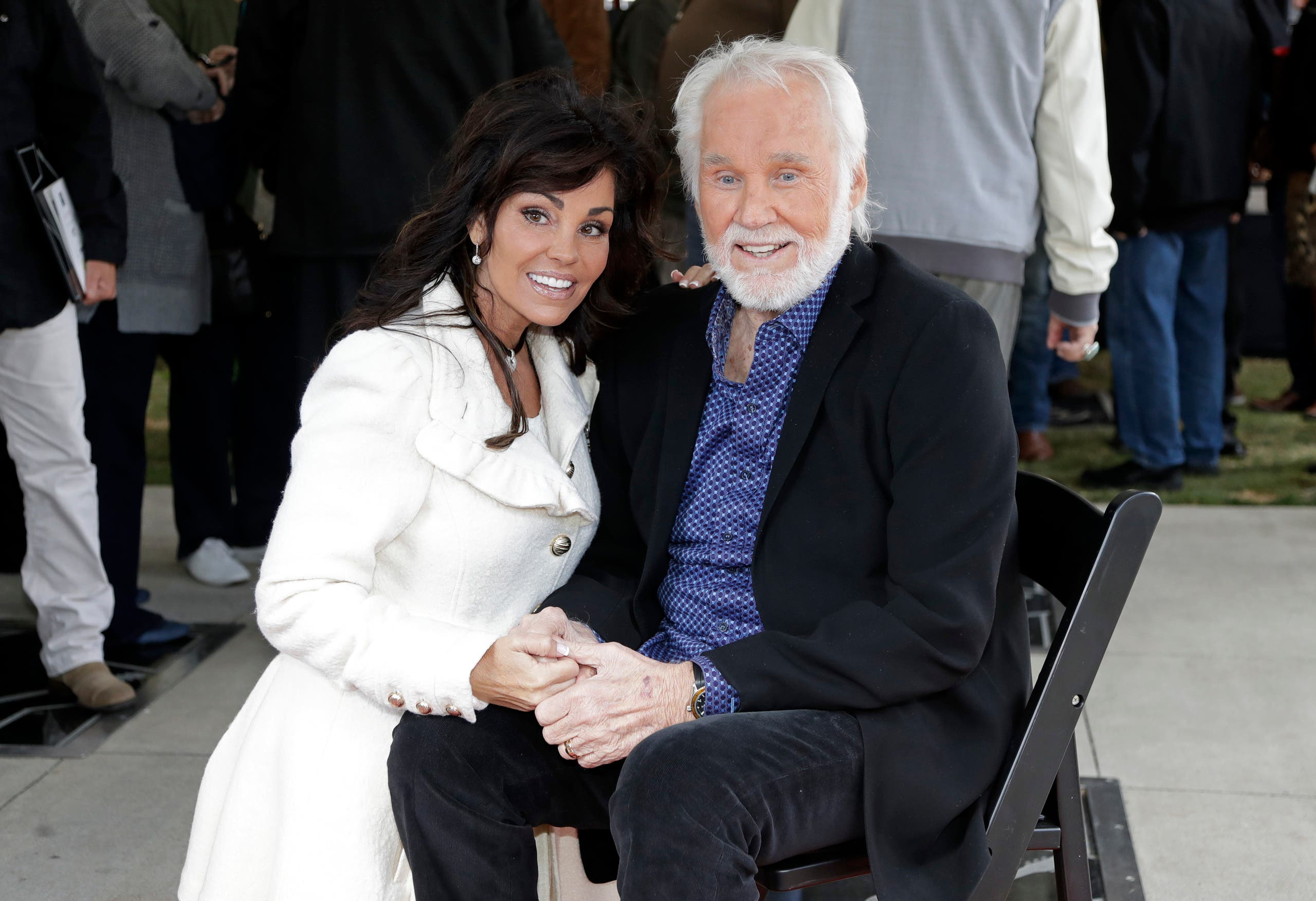 Kenny Rogers and his wife, Wanda Miller, pose on October 24, 2017, in Nashville, Tennessee (AP)