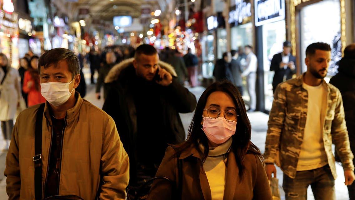 أشخاص يضعون كمامات في اسطنبول يوم 16 مارس