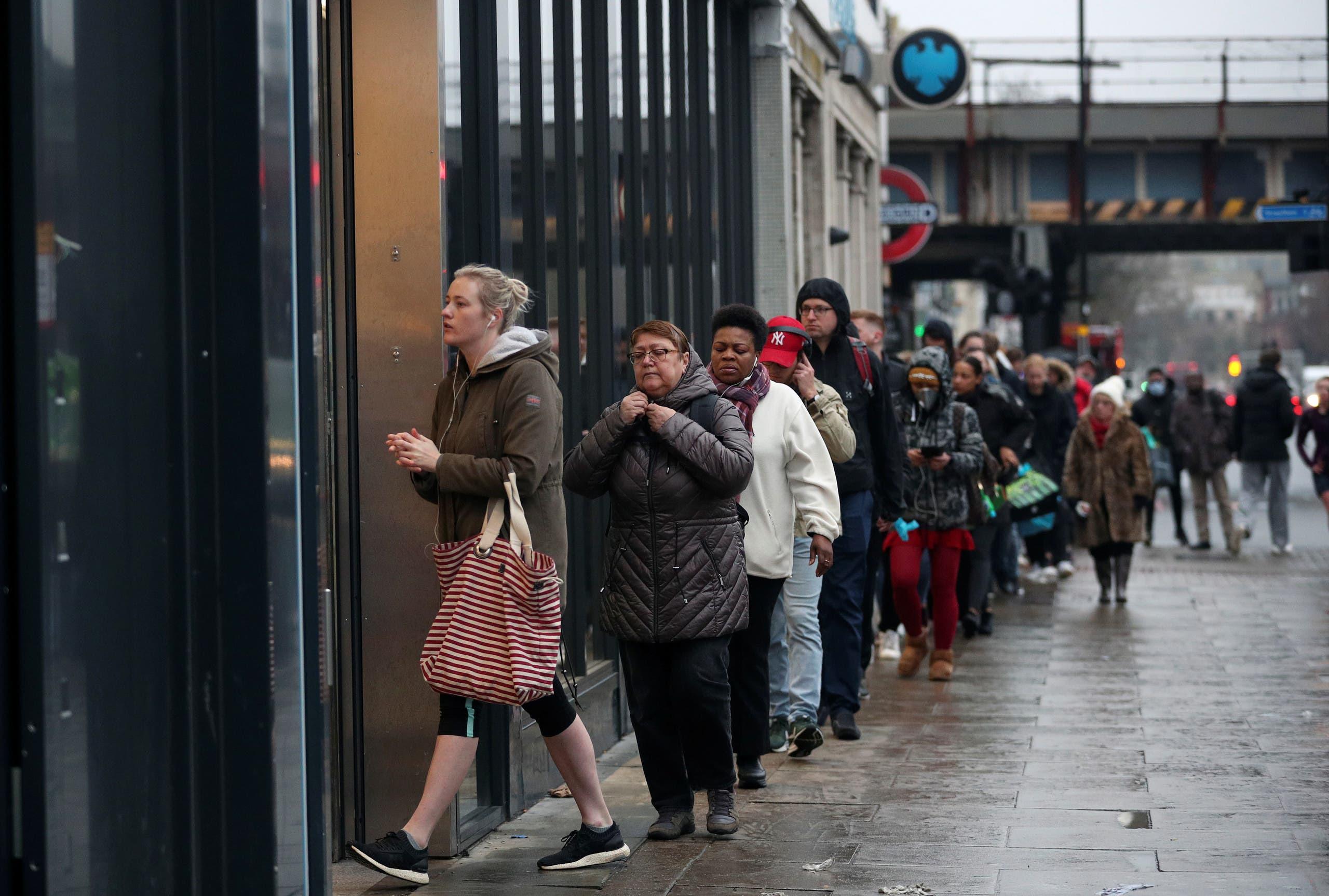 طابور أمام أحد المتاجر في لندن