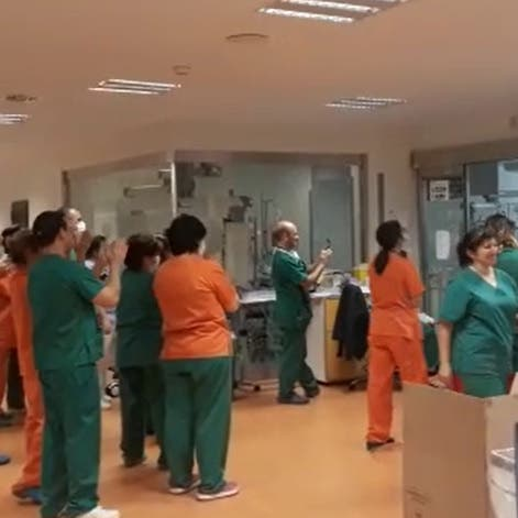 شاهد.. لحظة مؤثرة بمستشفى إسباني بعد شفاء مريض بكورونا