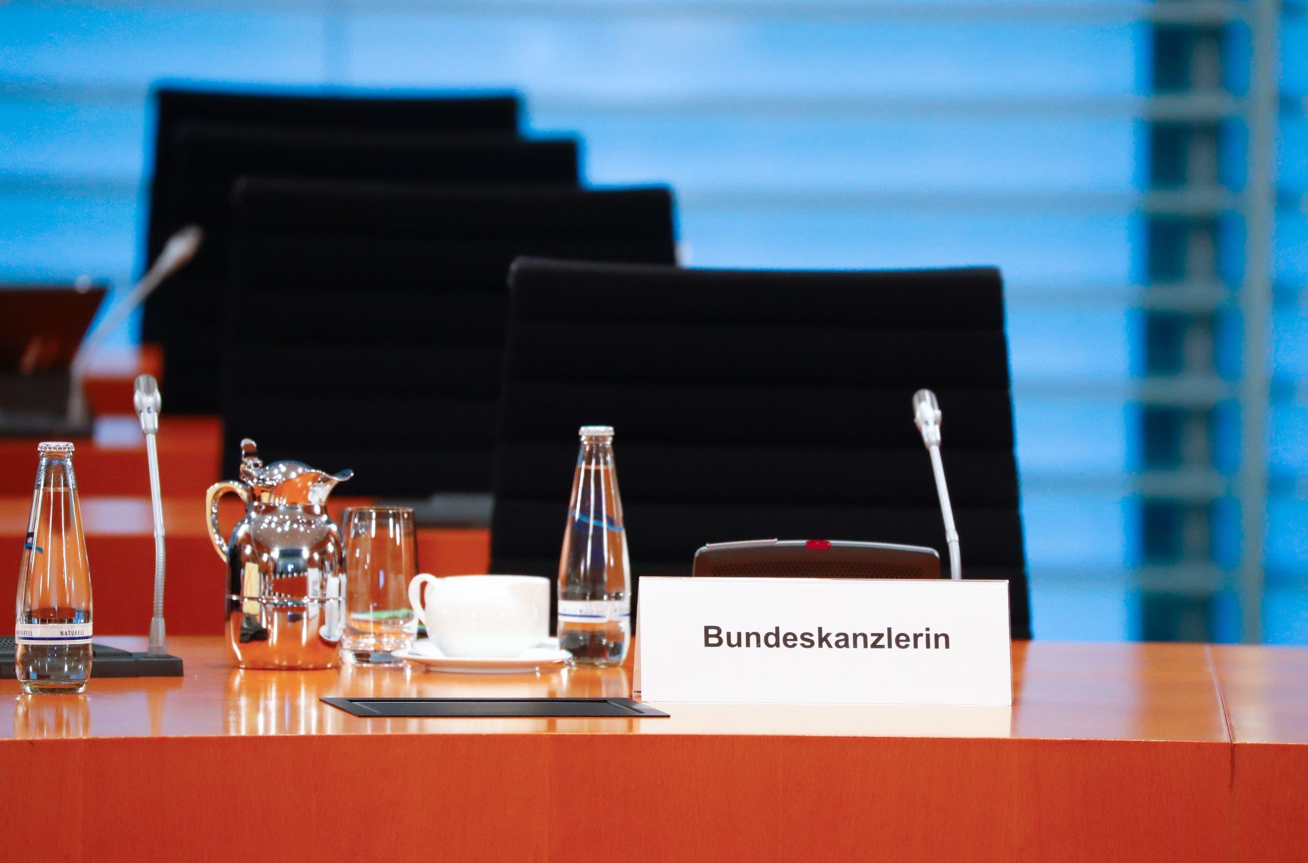 مقعد ميركل فارغ اليوم خلال اجتماع الحكومة الألمانية الذي شاركه فيها عبر الفيديو بسبب الحجر الصحي