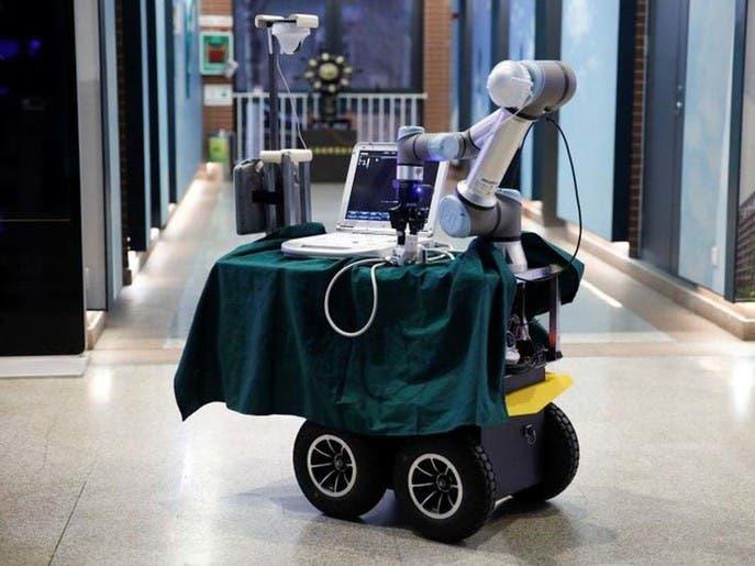 روبوت صيني يساعد في إنقاذ أرواح العاملين الصحيين