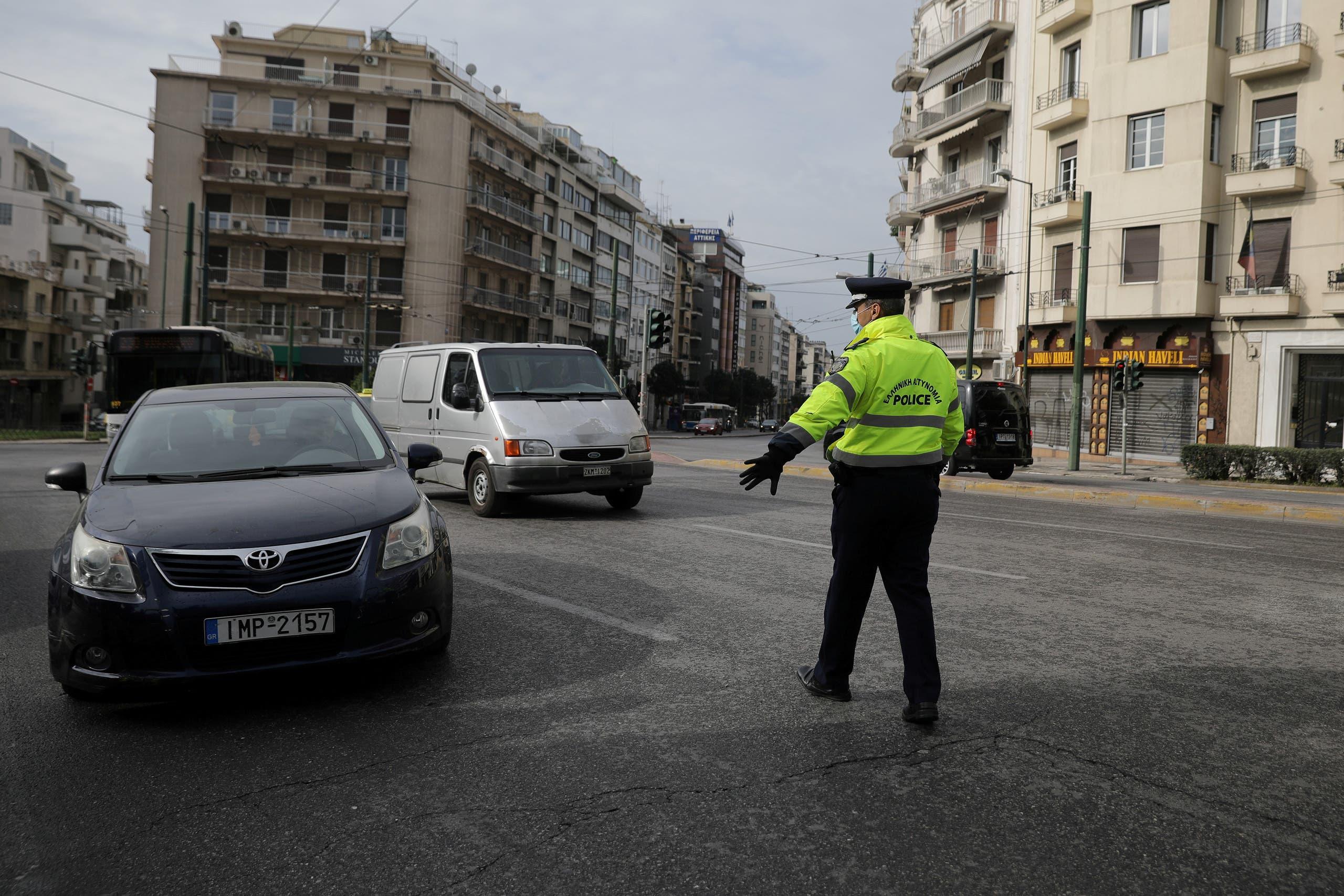 الشرطة في اثينا تراقب منع التجول وتفص مبررات من يخرقه