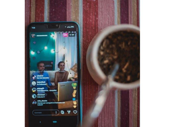 في زمن كورونا.. بالصور زواج افتراضي على الإنترنت في الأرجنتين
