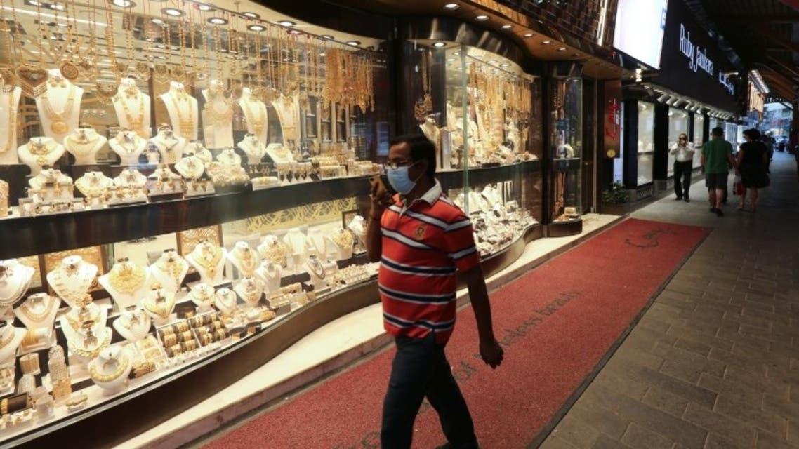 رجل يضع قناعاً واقياً في سوق الذهب في دبي في صورة بتاريخ 18 مارس