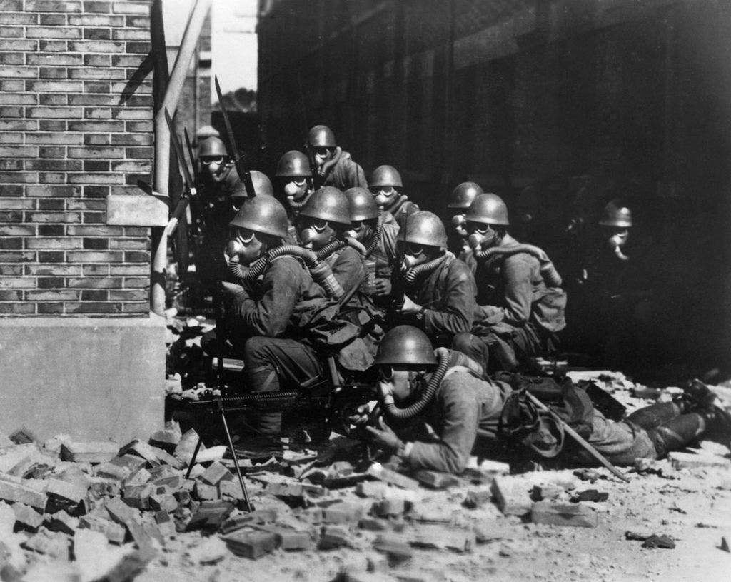 جنود يابانيون خلال معركة شانغهاي بالصين