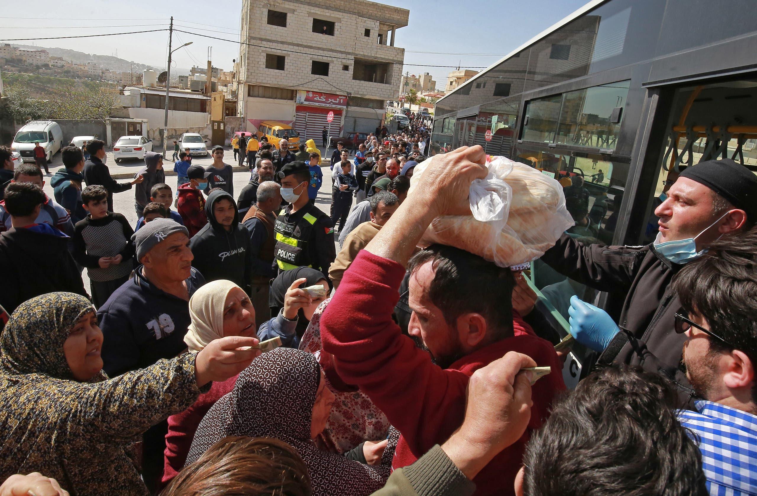 تزاحم على الخبز في الأردن(24 مارس- فرانس برس)