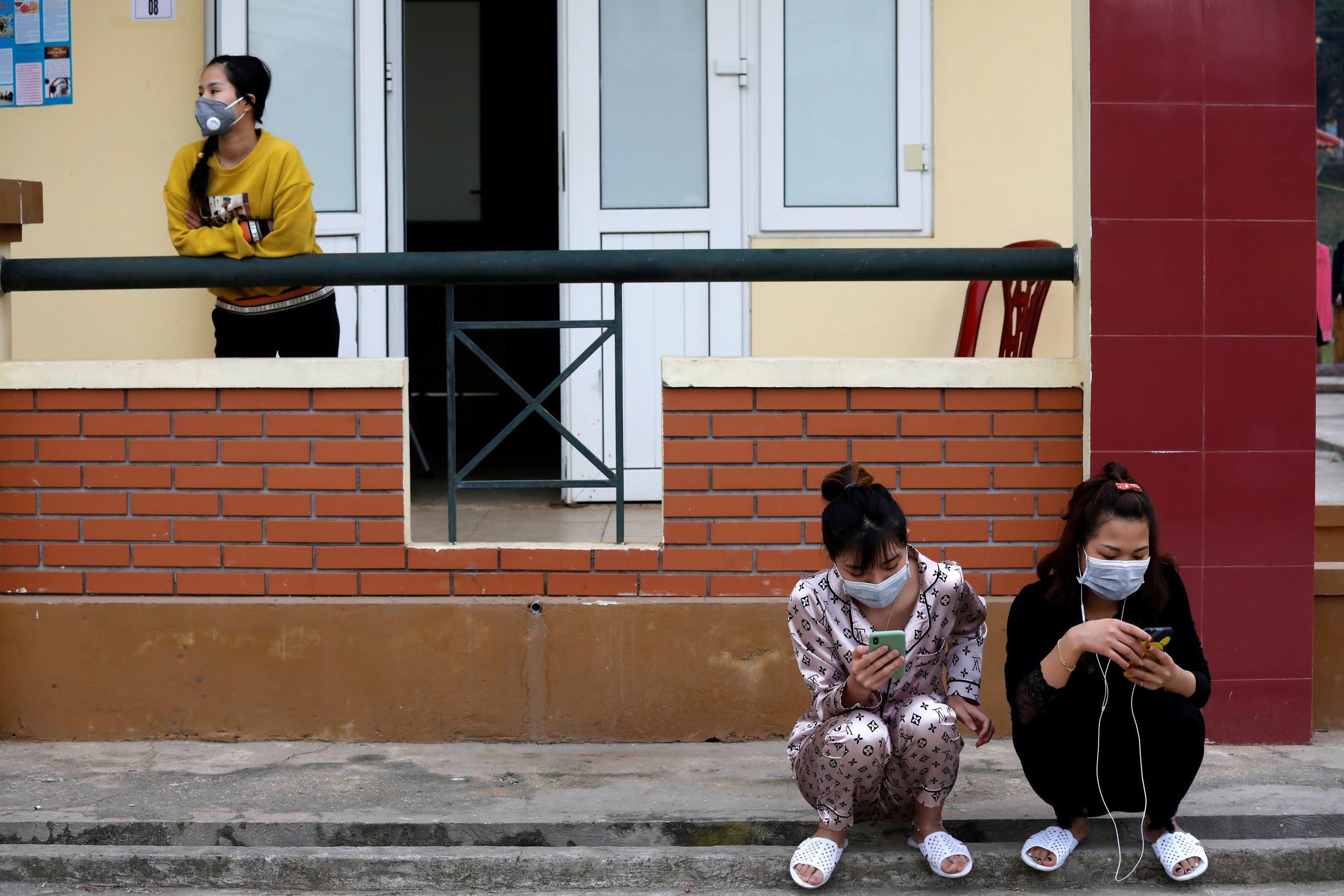 فيتناميون عادوا من الصين يسكنون داخل معسكر الحجر الصحي