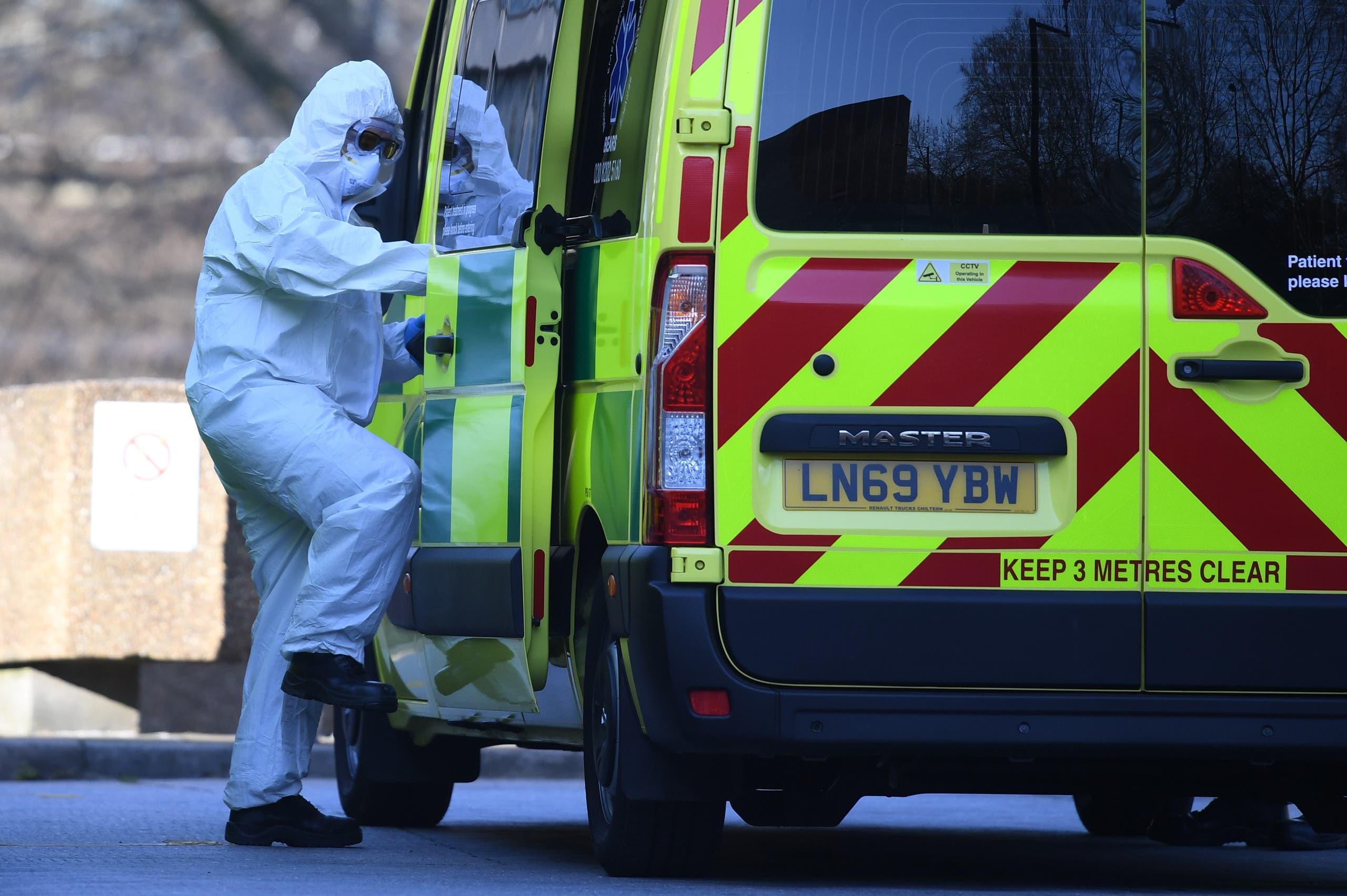 سيارة إسعاف تنقل مصاباً بكورونا لأحد مستشفيات لندن