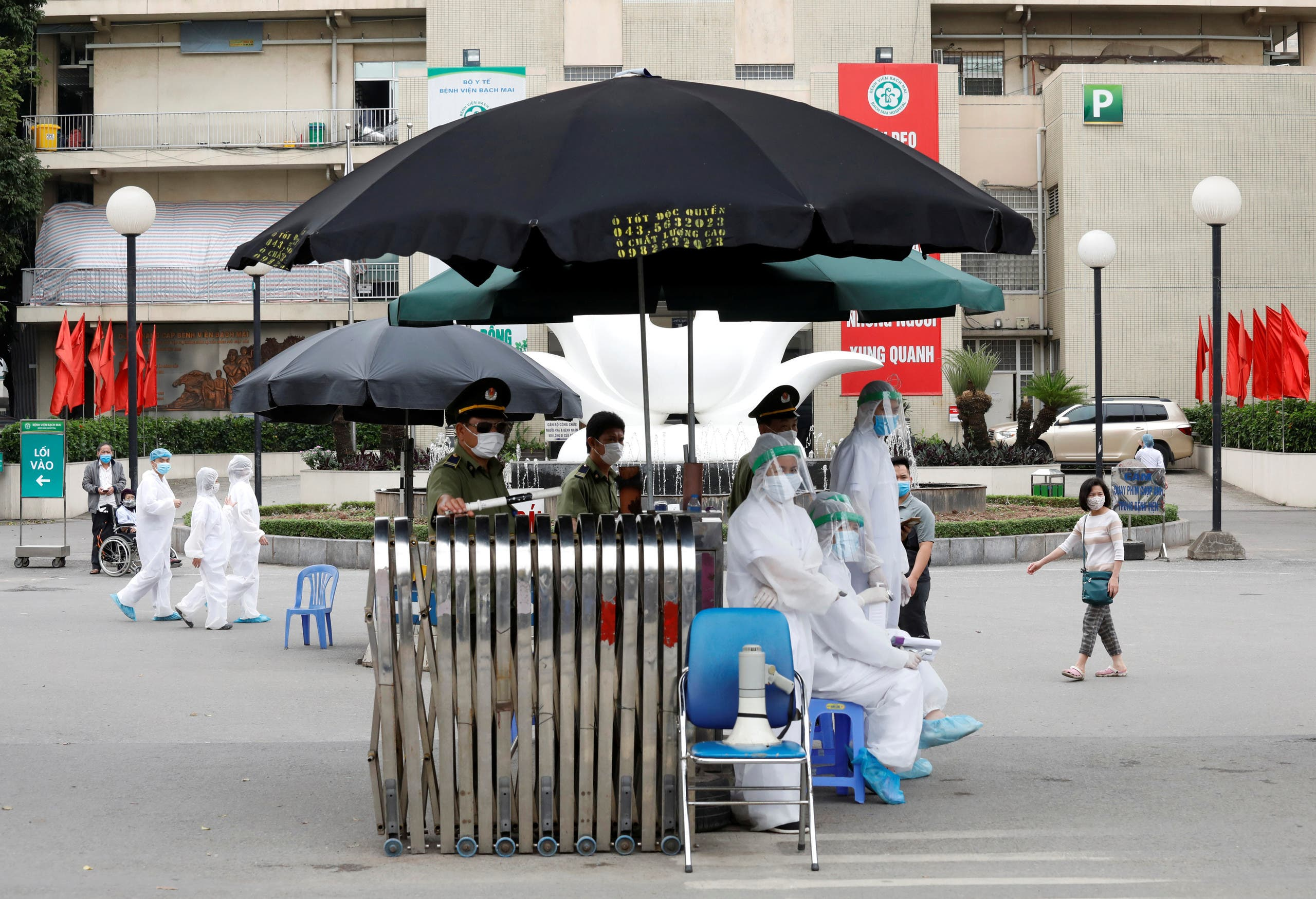 Health workers in hazmat suits are seen at the gate of Vietnam's largest hospital, Bach Mai, where coronavirus cases have been detected in Hanoi, Vietnam March. (File photo: Reuters)