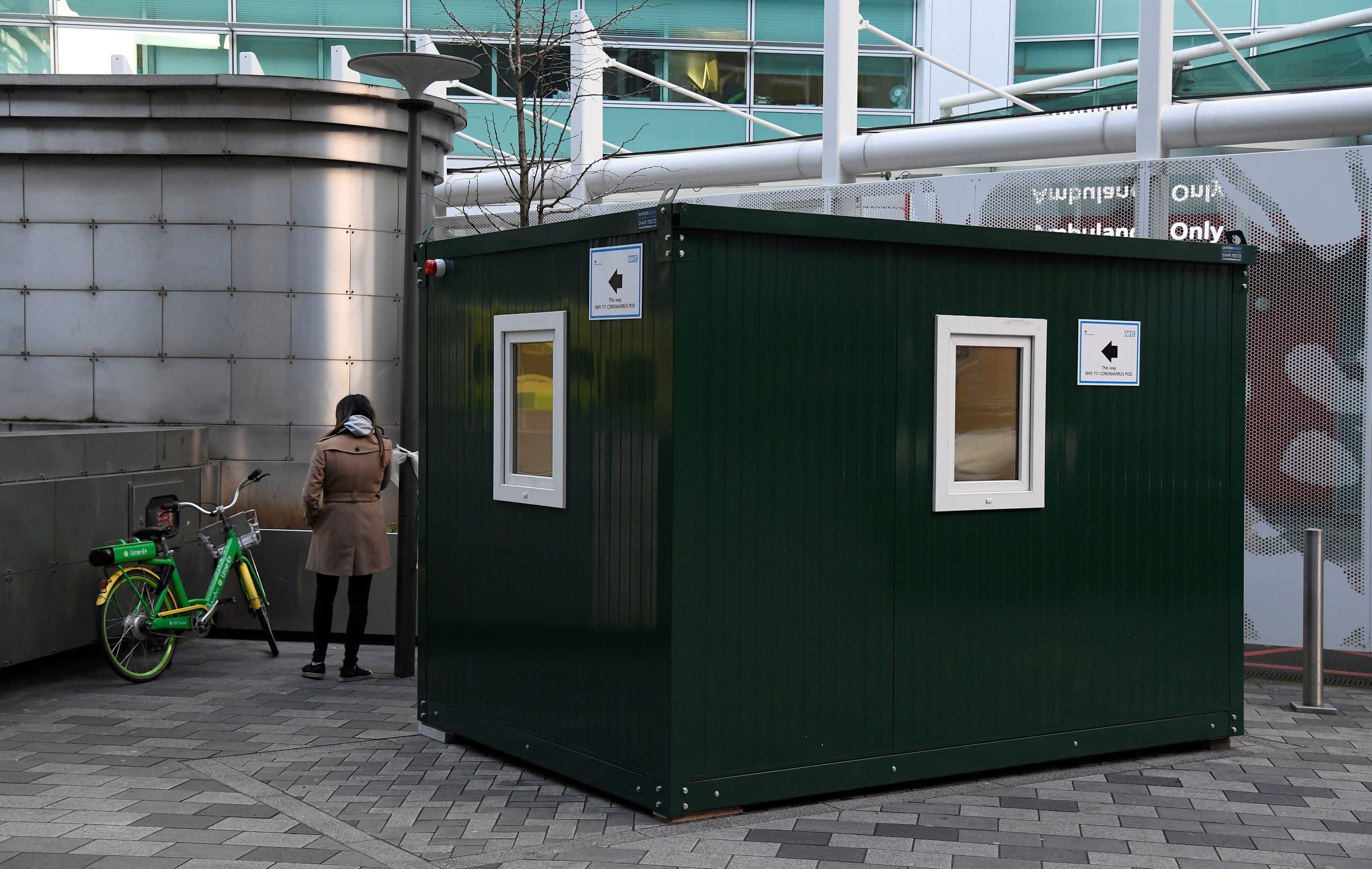 مركز طبي خارجي تم إنشاؤه خصيصاً للمصابين بفيروس كورونا أمام مستشفى في لندن