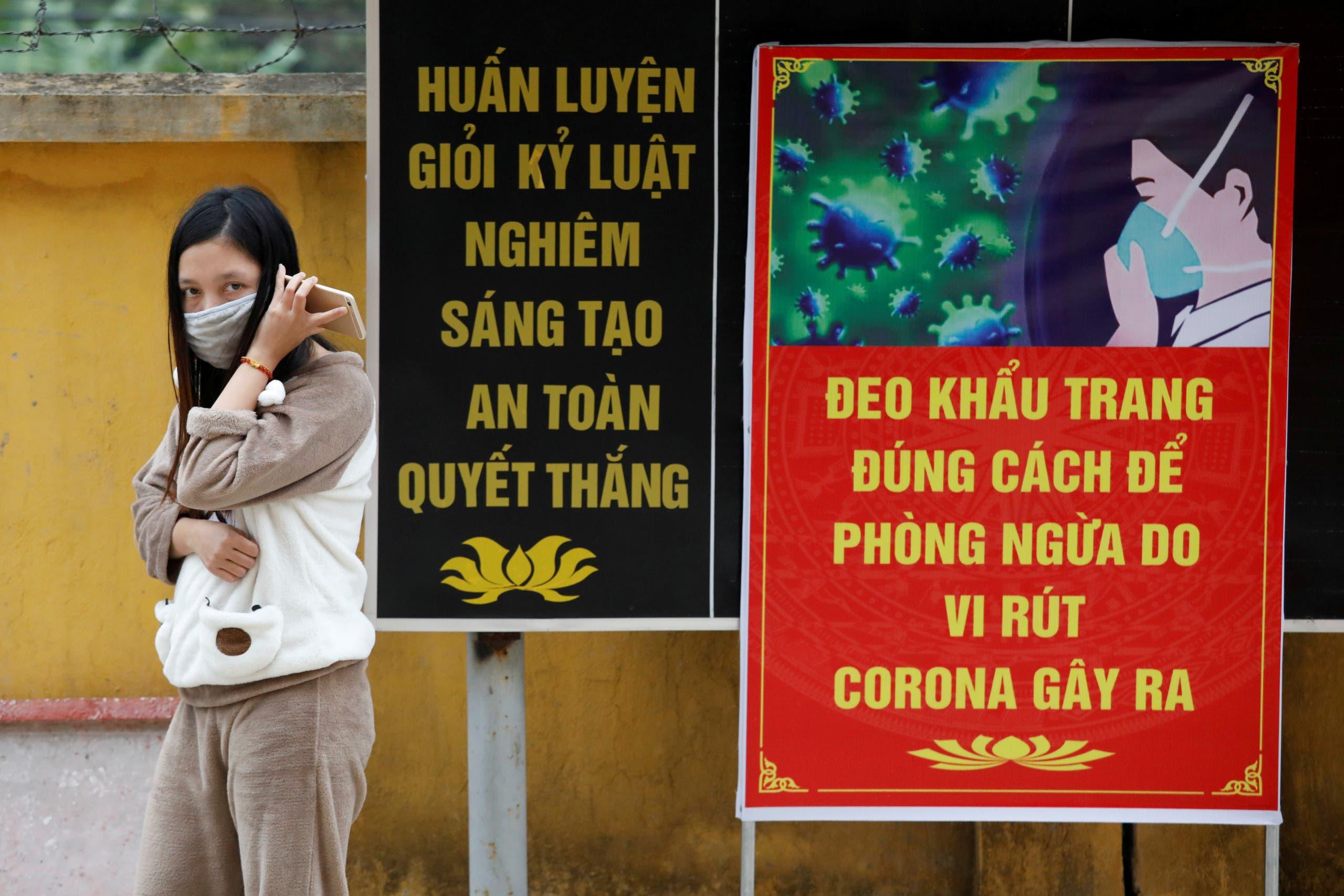 فيتنامية عائدة من الصين داخل معسكر الحجر الصحي