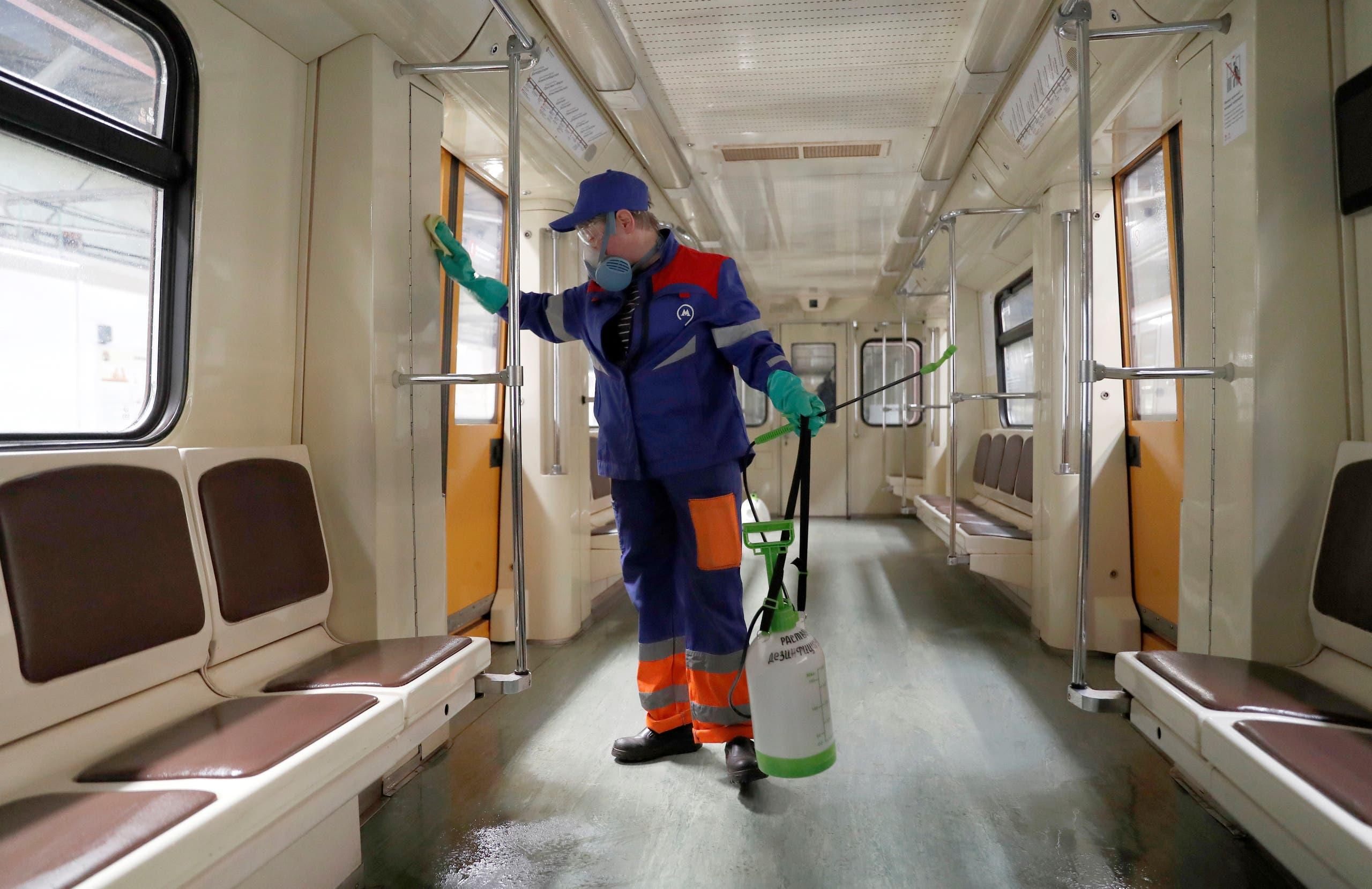 تعقيم قطار مترو في موسكو