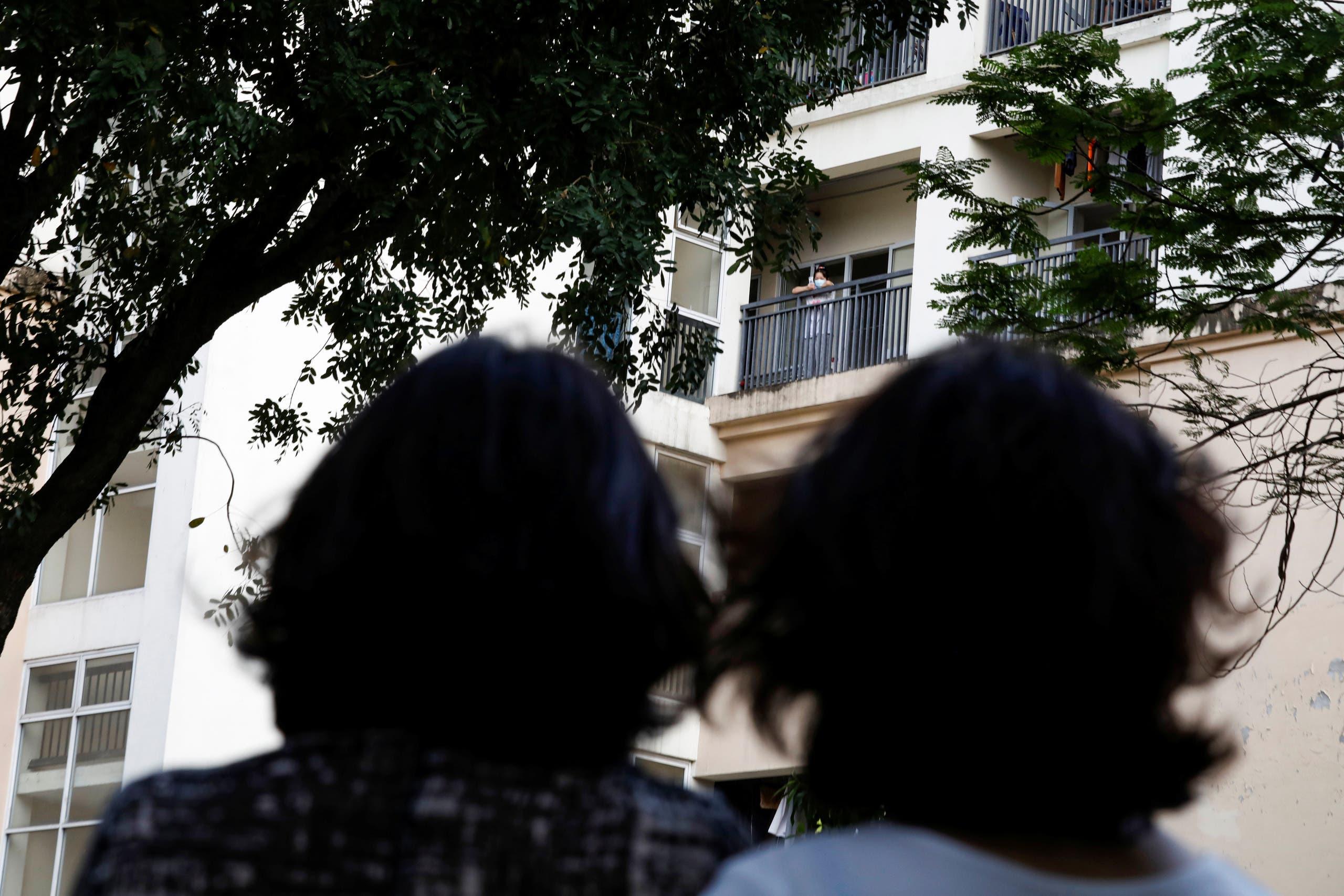 فيتناميات عائدات من الصين داخل معسكر الحجر الصحي