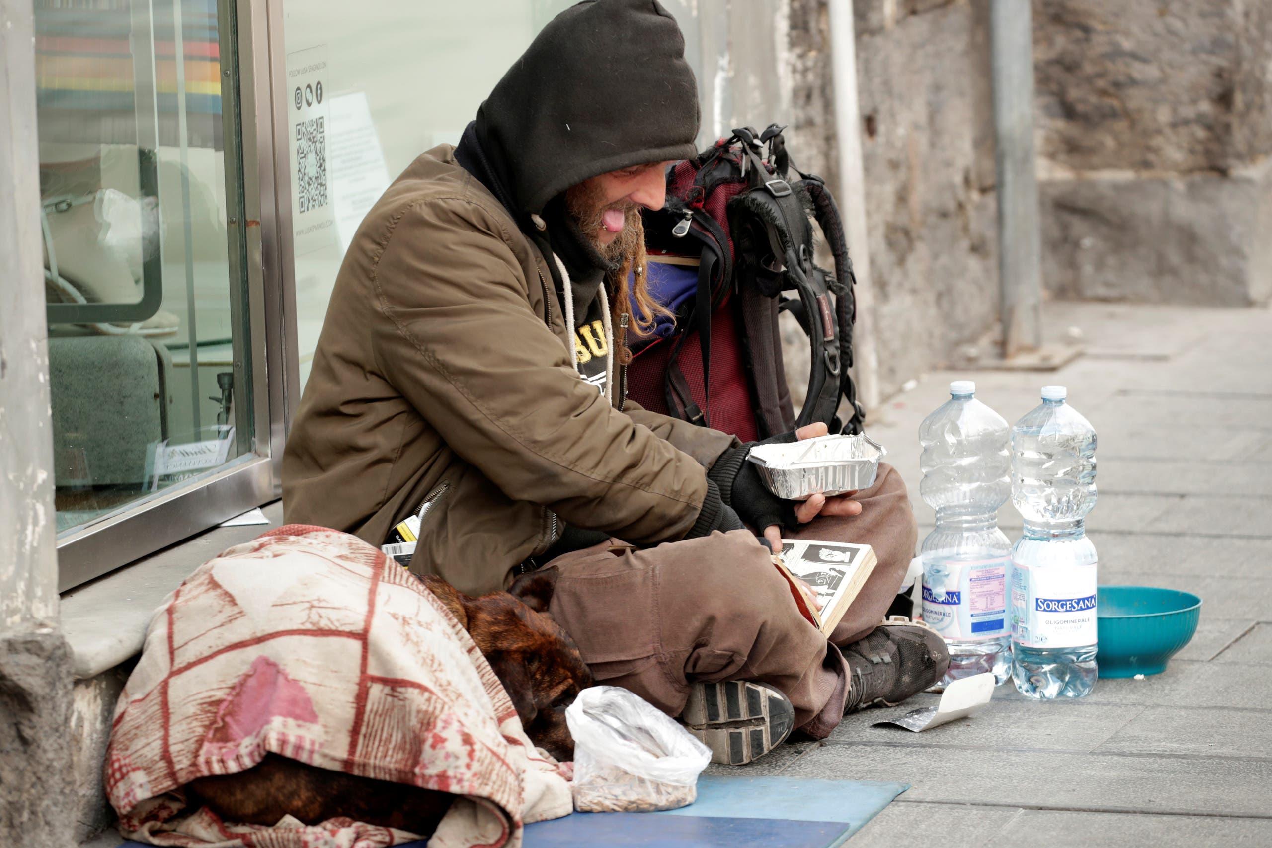 مشرد يجلس وحيداً في نابولي حيث تم فرض حظر للتجول بسبب كورونا