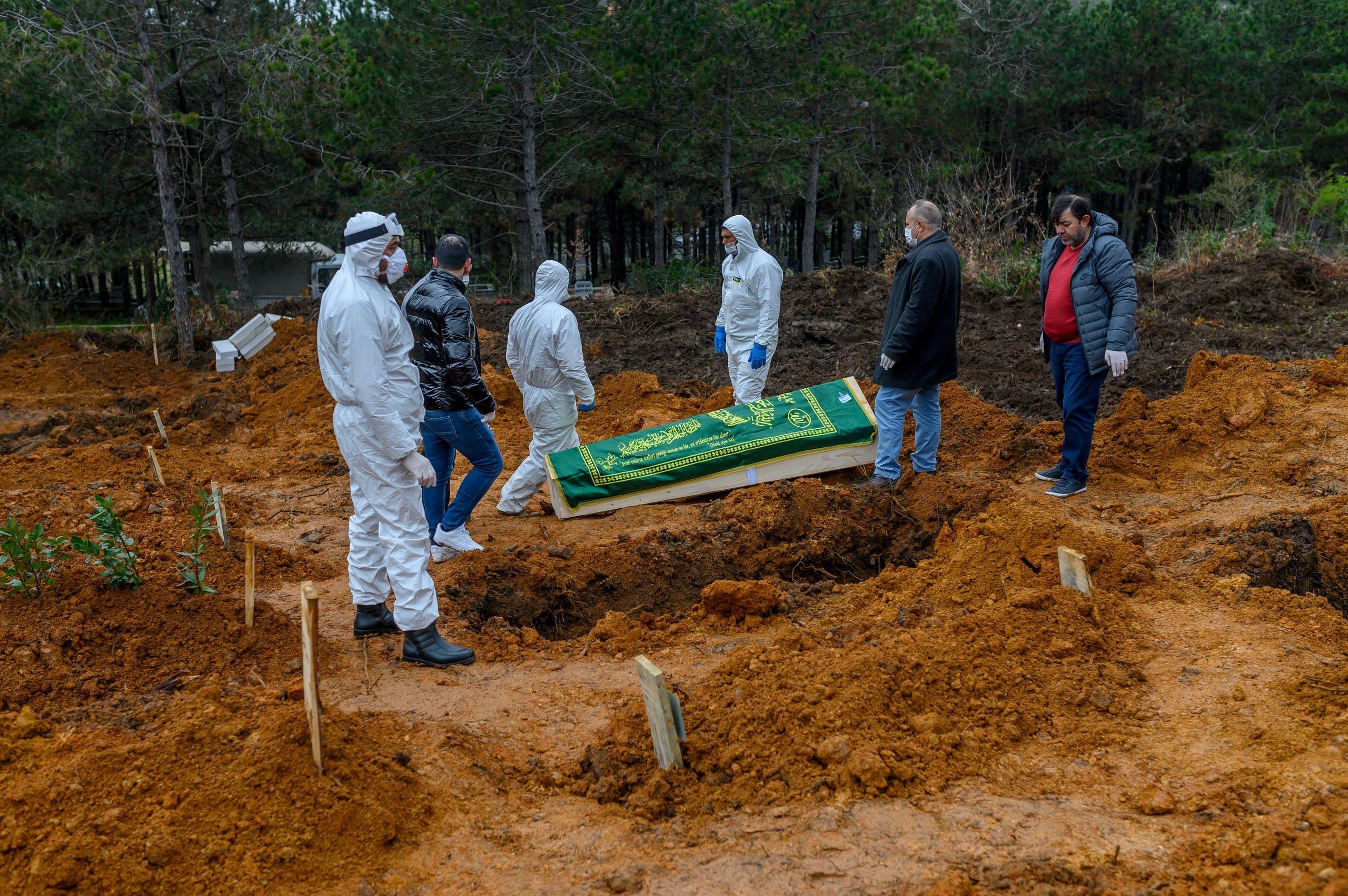 دفن أحد مصابي كورونا في إسطنبول (أرشيفية - فرانس برس)