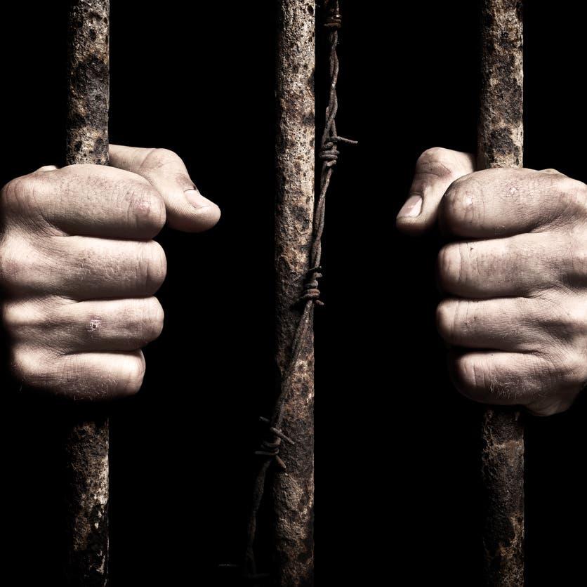 الحكومة اليمنية تفرج عن مئات المعتقلين.. تفاديا لكورونا