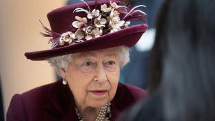 """""""الجميع خائفون"""".. الوباء يصيب خادم ملكة بريطانيا"""