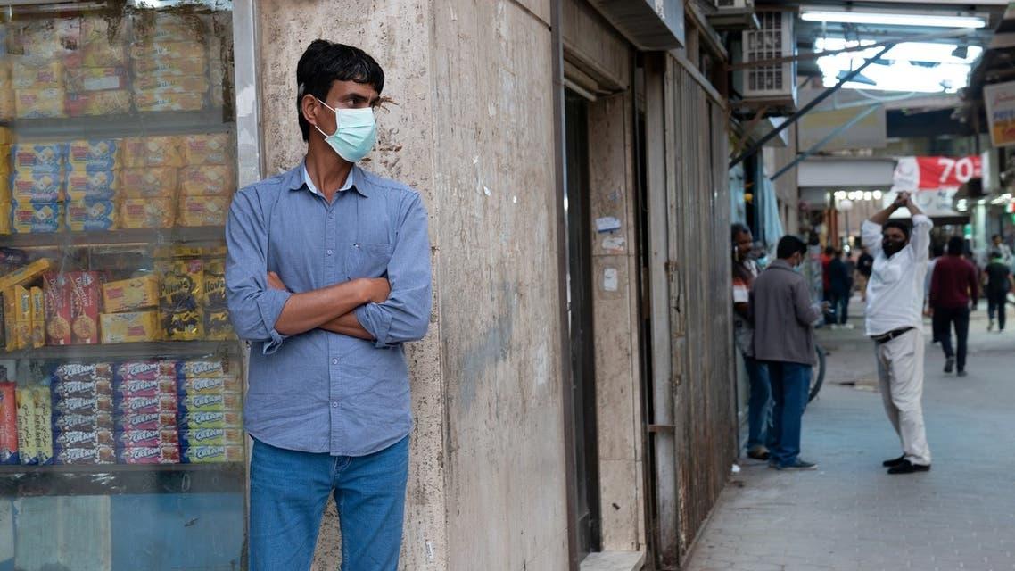 رجل يضع كمامة على وجهه في الكويت يوم 25 فبراير