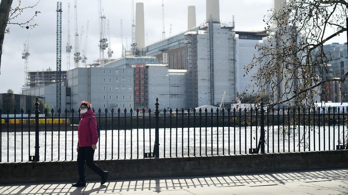 امرأة تضع كمامة على وجهها في لندن يوم 29 مارس