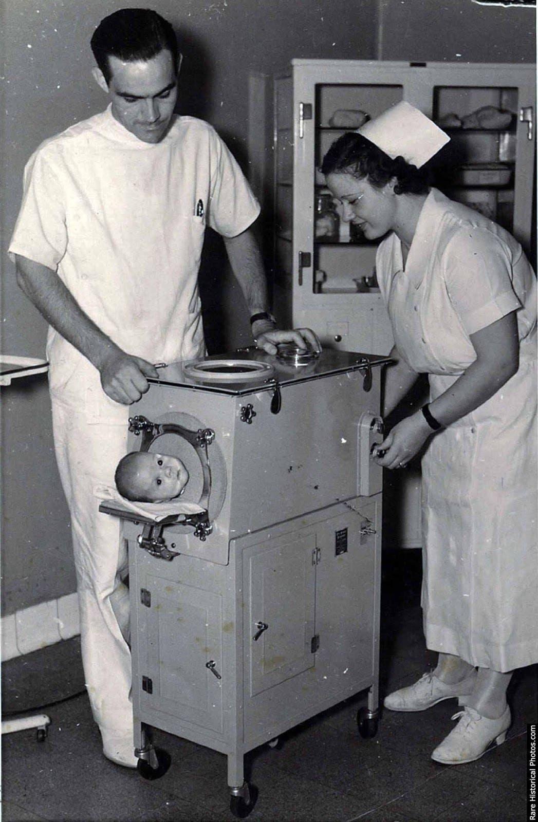 صورة لطفل رضيع داخل آلة الرئة الحديدية