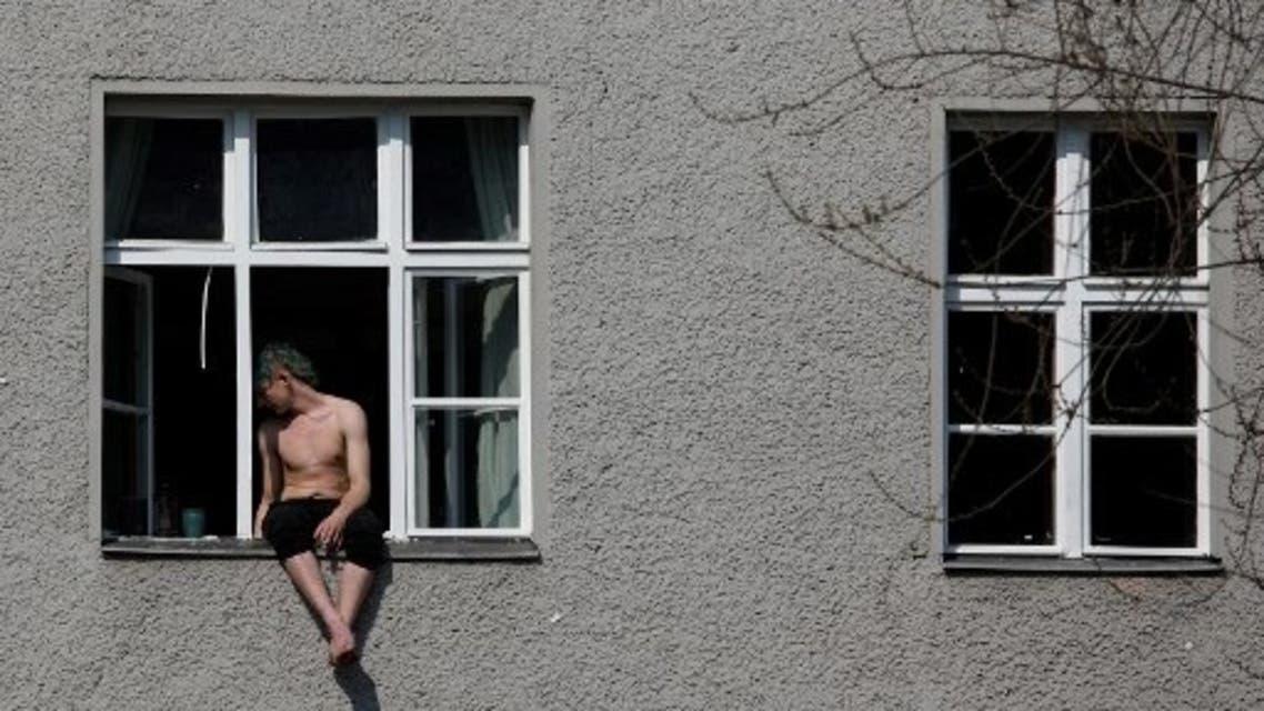 رجل ألماني على حافة نافذة شقته في برلين (أرشيفية- فرانس برس)