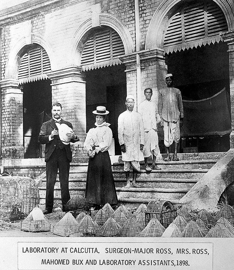 صورة للطبيب رونالد هوس رفقة زوجته وعدد من مساعديه بكالكوتا