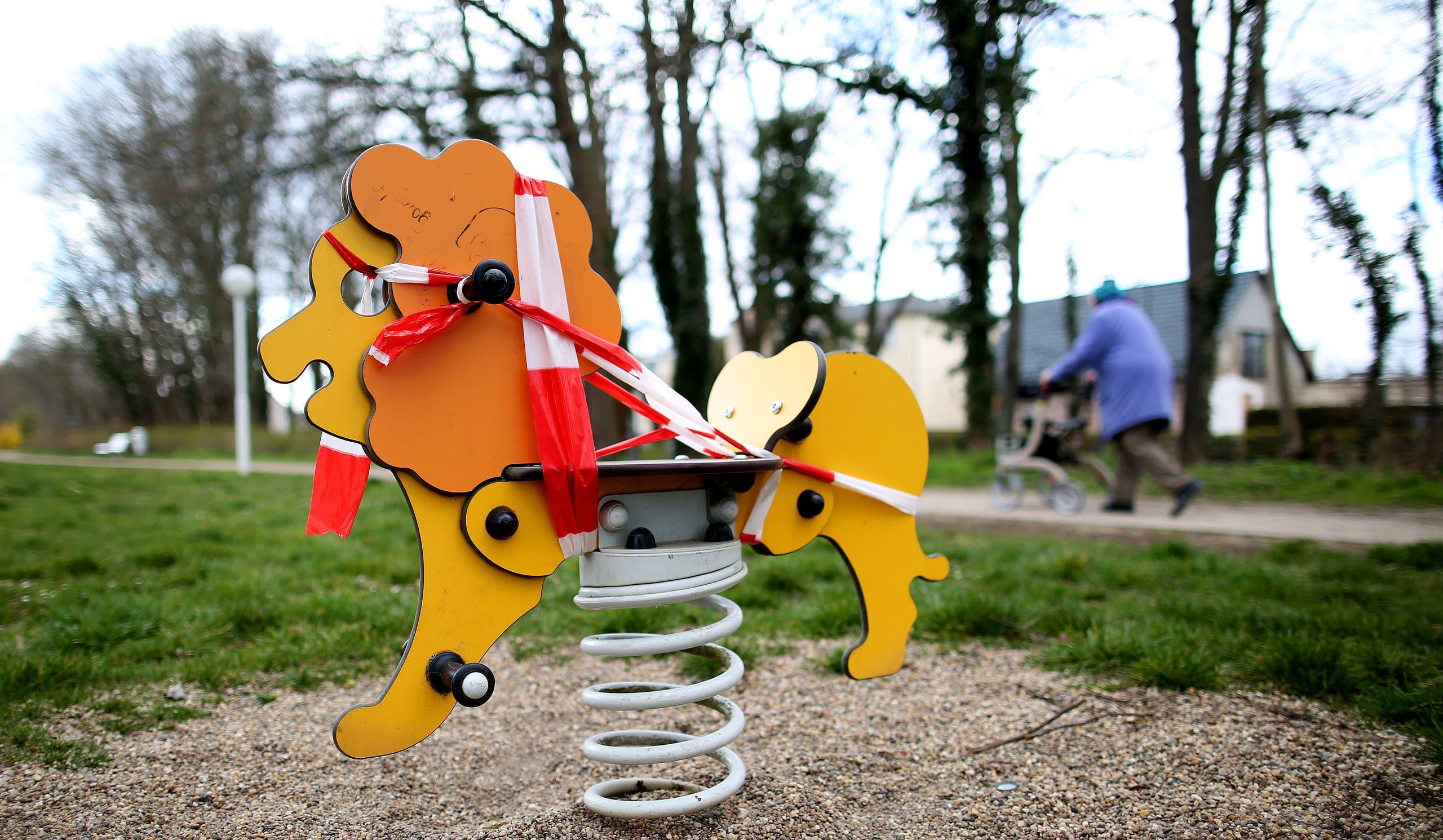 ألعاب الأطفال في حدائق ألمانيا تم لفها بشرائط لمنع الناس من استخدامها