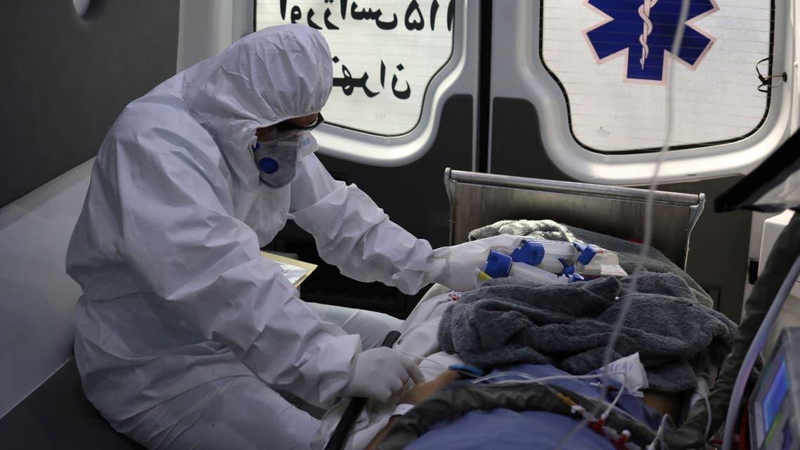 من سيارة إسعاف تنقل مريض كورونا إلى مستشفى في طهران يوم 30 مارس