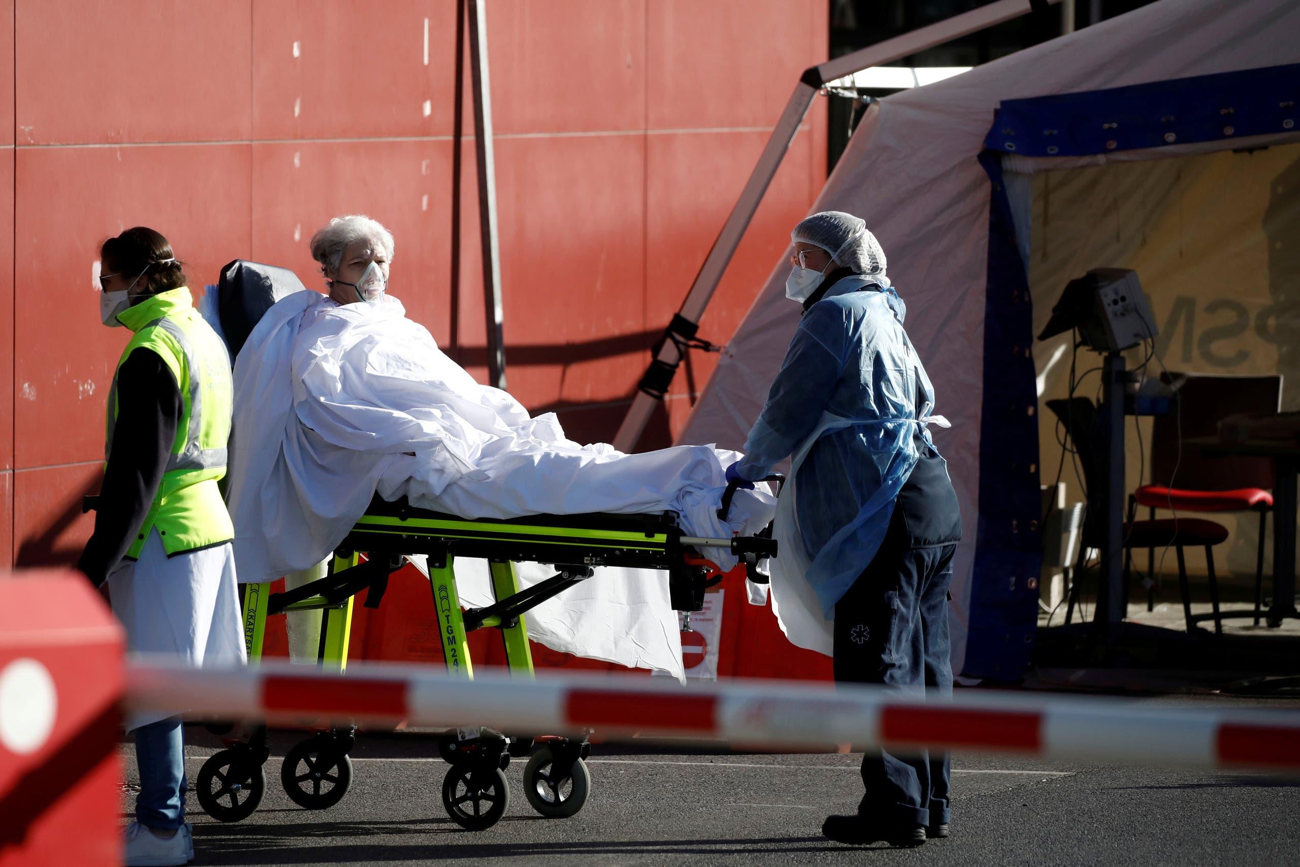 سيارة إسعاف في مستشفى قرب باريس يوم 30 مارس