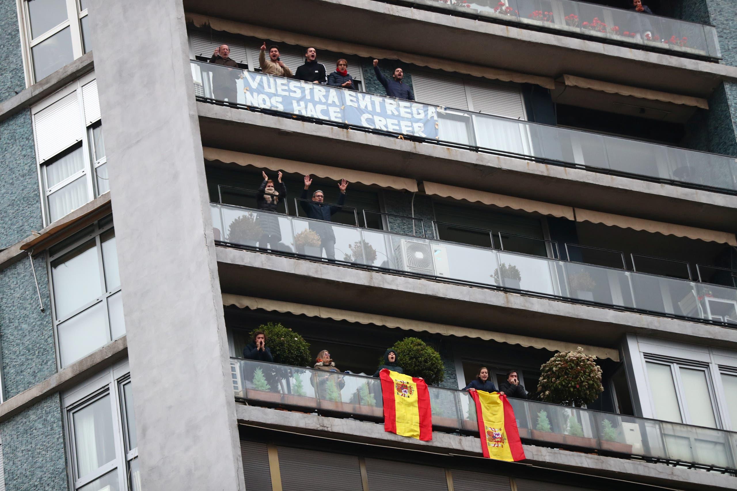 مدريديون يخضعون للعزل يقفون على شرفات منازلهم للتصفيق للجهاز الطبي