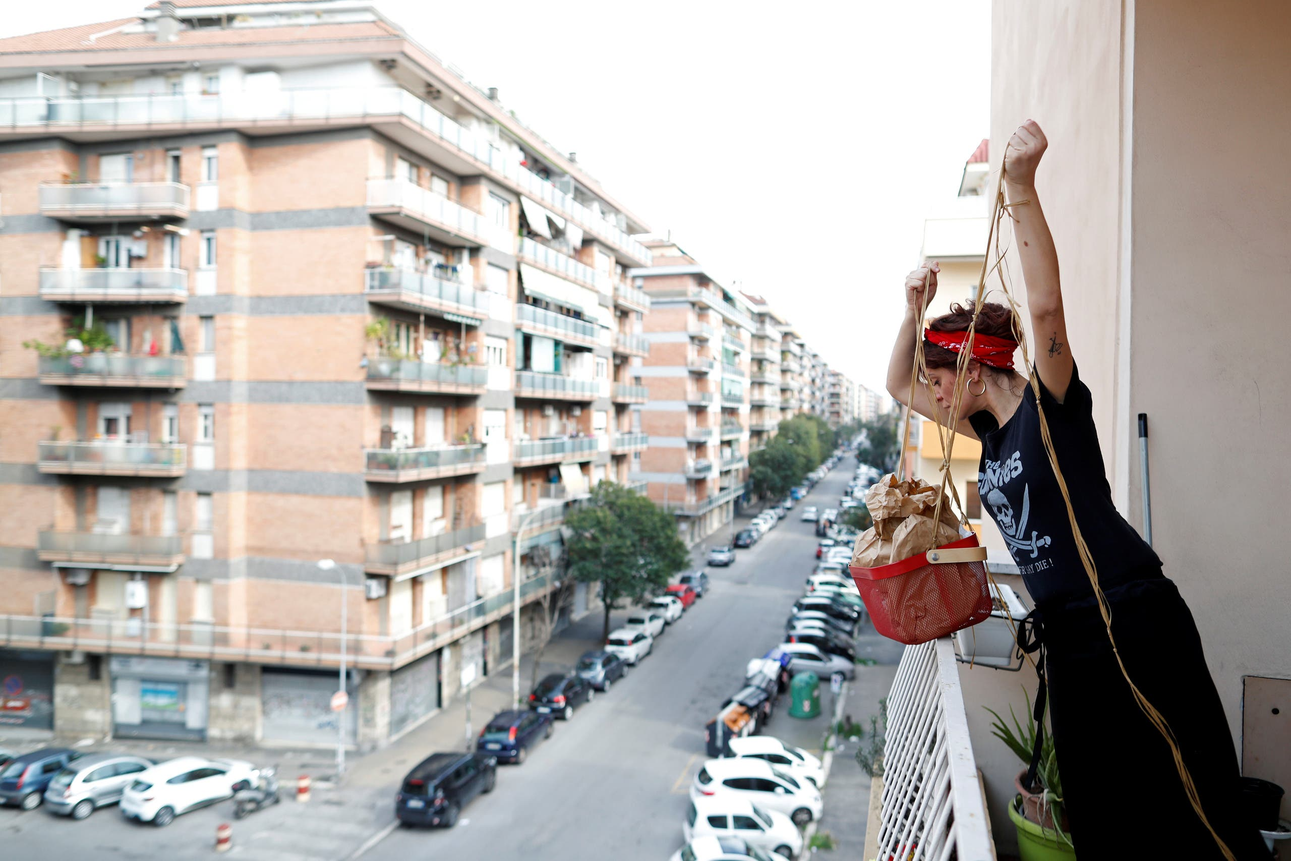 طاهية إيطالية ترسل وجبة لصديقتها في سلة عبر الشرفة لعدم خرق إجراءات العزل المفروضة في روما