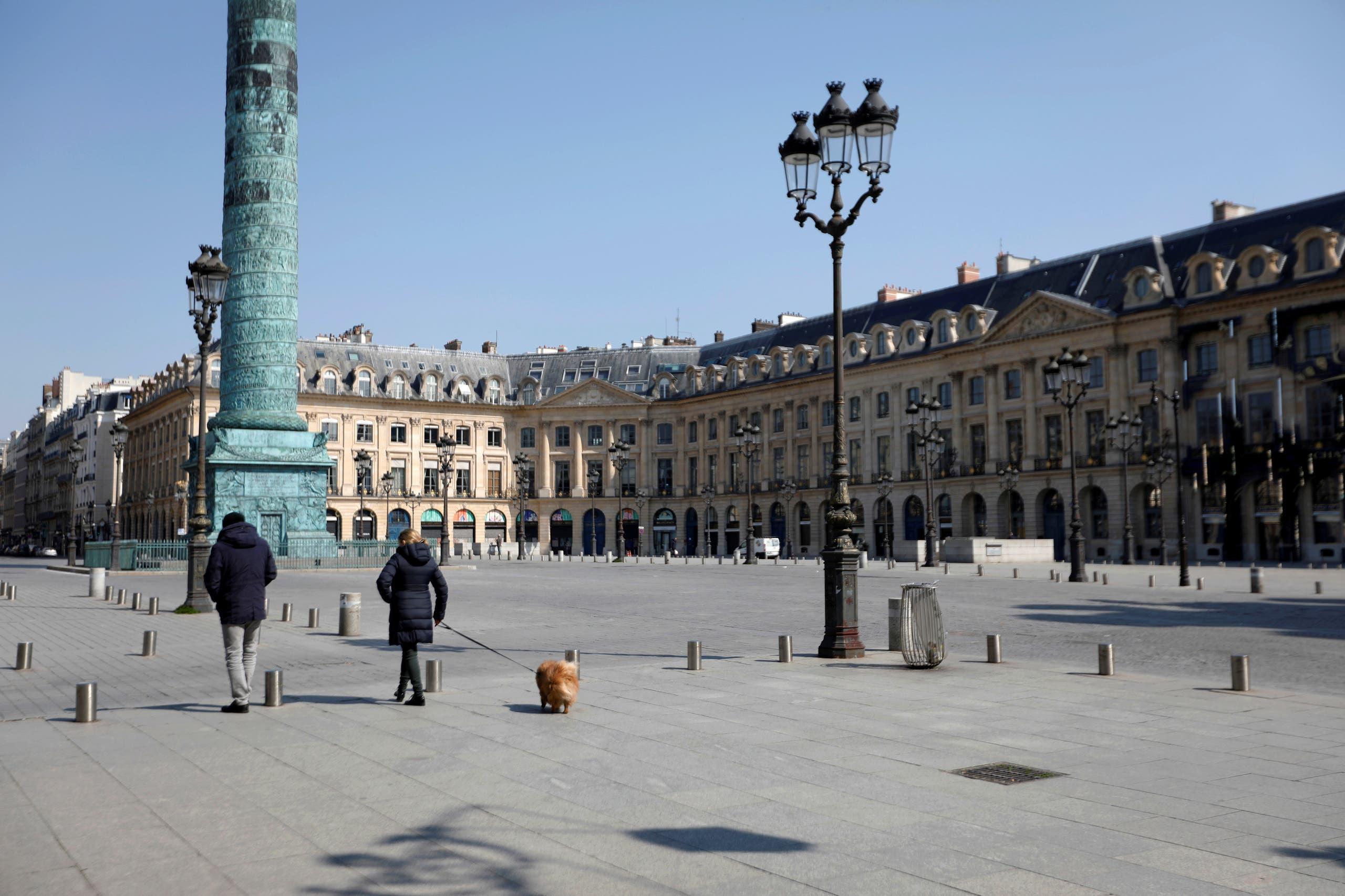 ساحة فاندومن في باريس خالية من المارة بسبب العزل
