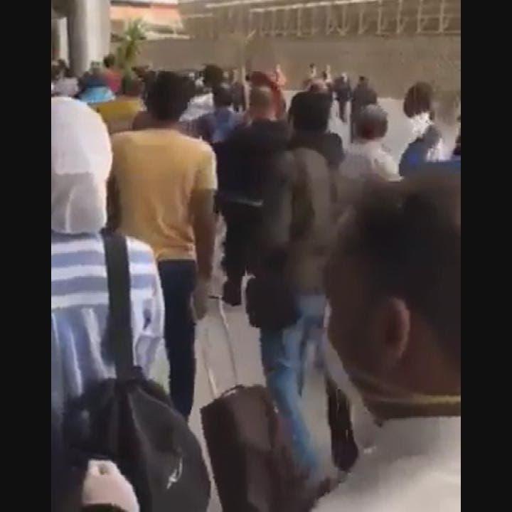 """شاهد مصريين عائدين من الكويت: """"مش هنروح الحجر"""""""