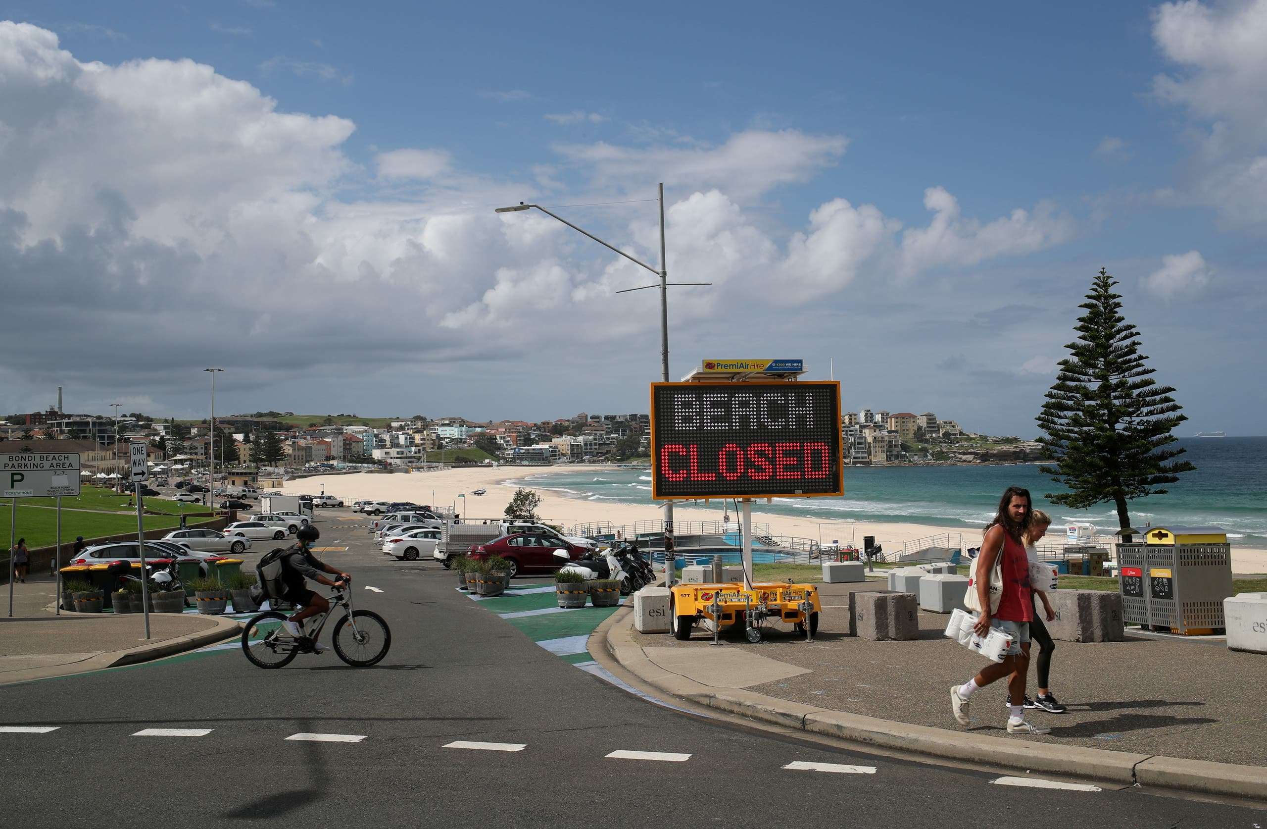 People walk past a Beach Closed sign at Bondi Beach, as the beach remains closed to prevent the spread of the coronavirus disease (COVID-19), in Sydney, Australia April 1, 2020. (File photo: Reuters)
