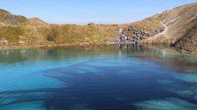 حيلة بريطانية بزمن كورونا.. بحيرة زرقاء تتحول للون الأسود