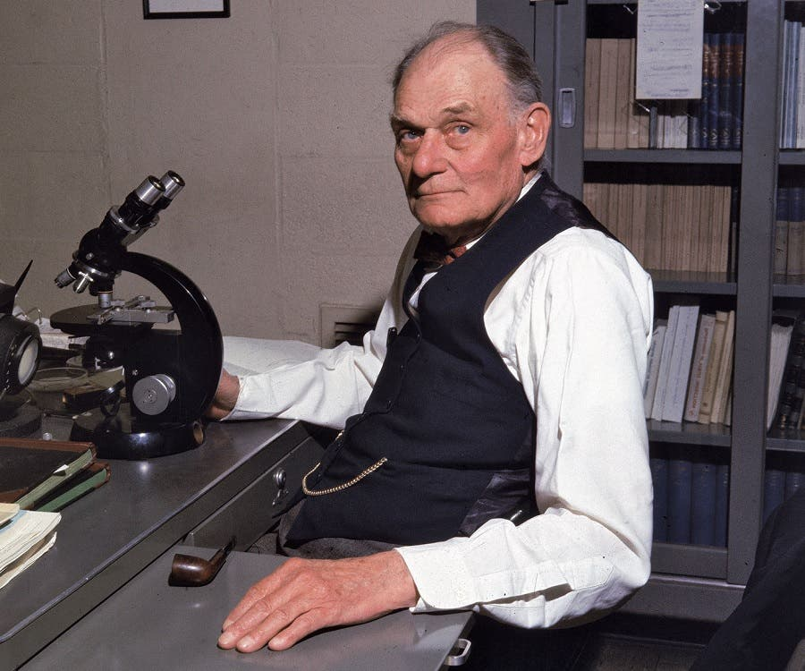 صورة للعالم جون فرانكلن إندرز بمختبره