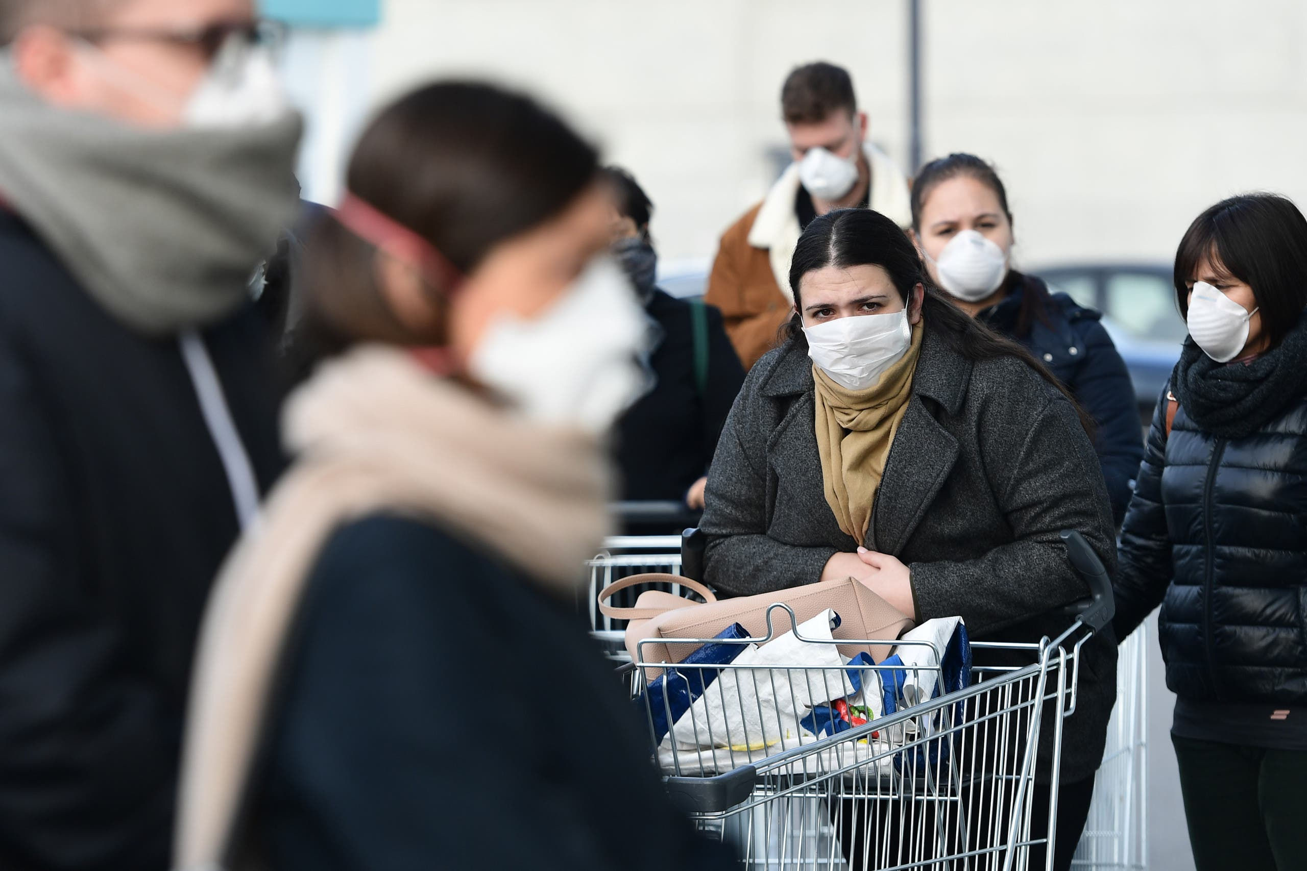إيطاليون يشترون الحاجيات الأساسية وزهم يرتدون كمامات ويحترمون مسافة الأمان